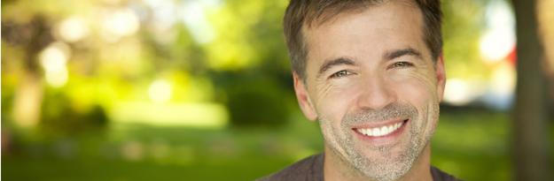 איש מחייך על רקע הטבע, Q10 וההשפעות על חניכיים בריאות