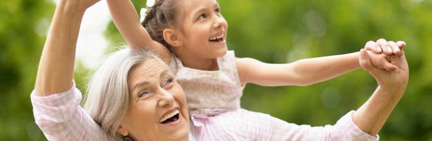סבתא ונכדה משחקות בחוץ, מזל שיש Q10