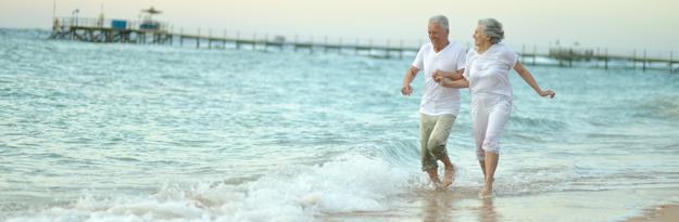 זוג מבוגר רץ על החוף, השפעות יוביקווינול Q10 על בריאות