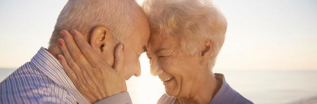 זוג מבוגר מאושר ושמח, מזל שיש דקל ננסי